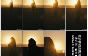 高清实拍视频素材丨阳光照射着的海边沙滩上一个女子从远处走来剪影1080×1920竖幅