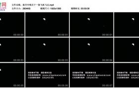 高清实拍视频丨夜空中残月下一架飞机飞过