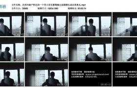高清实拍视频丨在房间窗户附近的一个男人穿衣服慢镜头拍摄婚礼或出席典礼