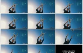 4K实拍视频素材丨仰拍晴朗蓝色天空背景下无人机从女子手中起飞