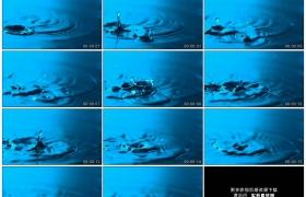 高清实拍视频素材丨水滴滴落到蓝色的水面上溅起水花荡起层层涟漪慢镜头