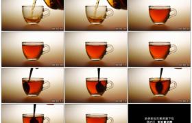 高清实拍视频素材丨特写将茶水倒进透明茶杯并加入白糖搅拌