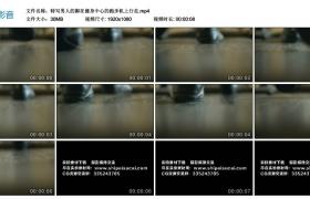 高清实拍视频素材丨特写男人的脚在健身中心的跑步机上行走