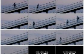 高清实拍视频素材丨仰拍从桥上走过的匆匆行人