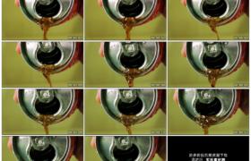 高清实拍视频素材丨特写倾倒铝罐中的汽水