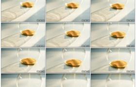 4K实拍视频素材丨摇摄阳光照射着的玻璃瓶中黄色流沙