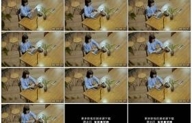 高清实拍视频素材丨俯拍女子在办公桌上打开电脑开始工作
