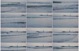 高清实拍视频素材丨伫立着灯塔的海面上波浪潮起潮落