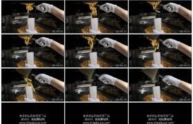 4K实拍视频素材丨特写将炸好的薯条装进纸袋