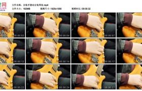 高清实拍视频丨吉他手拨动吉他琴弦特写