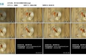 高清实拍视频丨两只金鱼在玻璃杯里游动