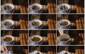 4K实拍视频素材丨特写用开水冲泡盖碗中的茶叶