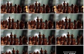 4K实拍视频素材丨向左移摄棋盘上的木质国际象棋