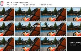 高清实拍视频素材丨女子坐在游泳池旁边玩手机
