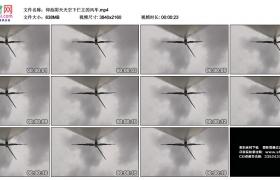 4K实拍视频素材丨仰拍阴天天空下伫立的风车