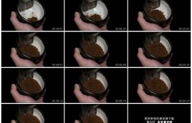 高清实拍视频素材丨特写用接粉杯接研磨的碎咖啡粉