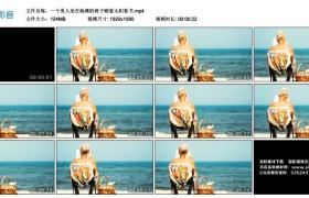高清实拍视频丨一个男人坐在海滩的椅子晒着太阳看书