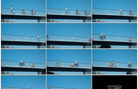 4K实拍视频素材丨晴天仰拍人们骑车从桥上经过