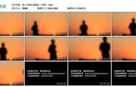 高清实拍视频素材丨男人从镜头前跑过(失焦)