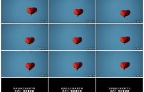 高清实拍视频素材丨仰拍蓝天下红色心形热气球在天空中飞行