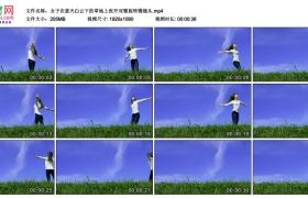 高清实拍视频丨女子在蓝天白云下的草地上张开双臂旋转慢镜头