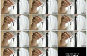 4K实拍视频素材丨特写一个商务男子单手交付钥匙