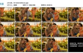 高清实拍视频丨男子送花并亲吻女友
