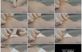 4K实拍视频素材丨特写医生将针刺入患者静脉