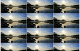 高清实拍视频素材丨低角度拍摄黄昏夕阳照射的平静水面自然景观