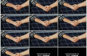 4K实拍视频素材丨在太阳能电场握手的两位商务人士